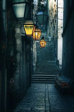 Whether it be alleys between  Mushnik's shop or just the street altogether, I think we could possibly model that after this street. With just a little bit of light coming from the lamps, it gives the street a creepy, yet romantic aura.