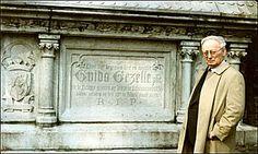 Pater jozef Boets 11-7-1922 – 27-10-2012 Jozef Boets behaalde in 1960 een doctoraat Germaanse filologie in K.U.-Leuven. Zijn promotor, de dichter en professor Albert Westerlinck, moedigde hem aan werk te maken van de Gezellestudie. In 1966 werd Boets professor aan de UFSIA (Universiteit van A'pen), waar hij in datzelfde jaar samen met zijn collega Lissens het Centrum voor Gezellestudie oprichtte. Jozef Boets zou van de studie en de uitgave van de werken van Guido Gezelle zijn levenswerk…