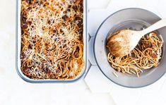 Vappu Pimiän spagettivuoka. Lapset rakastavat tätä ruokaa. Arkinen jauheliha ja spagetti tarjoillaan uudella tavalla.