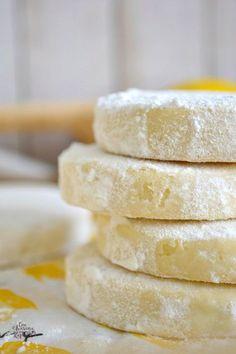 Galletas de Limón | CON HARINA EN MIS ZAPATOS Cookie Desserts, Cookie Recipes, Dessert Recipes, Lemon Recipes, Sweet Recipes, Cake Cookies, Sugar Cookies, Graduation Party Desserts, Sweet Bakery