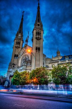 Ciudad de Buenos Aires, barrio de Caballito (Basílica Nuestra Señora de los Buenos Aires). Mi barrio adorado.