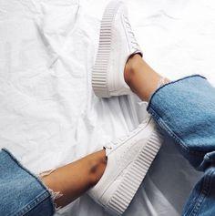 Já faz tempo que os tênis viraram um ítem fashion no guarda-roupa, e deixaram de ser só um sapato pra ser usado quando se quer estar confortável.Começou com os tênis brancos –Stan Smiths e …
