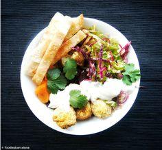 Bowl superfood de falafel con tiritas de pita