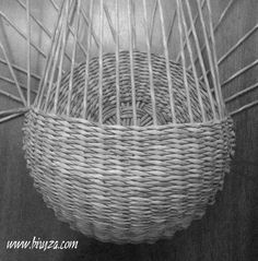 как сплести настенную карзину Willow Weaving, Basket Weaving, Paper Weaving, Hand Weaving, Hanging Baskets, Wicker Baskets, Basket Braid, Diy Paper, Paper Crafts
