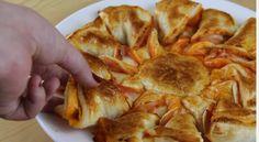 Taglia la pasta per le pizze e crea due cerchi della stessa dimensione. Al centro farcisce con sugo, parmigiano e prosciutto. Poi taglia l'impasto a spicchi e li avvolge. Dopo averla infornata ecco come potrete gustarla!   Fonte Video: https://www.youtube.com/channel/UCj5IpzMABg-gfAnYOP0jzSA