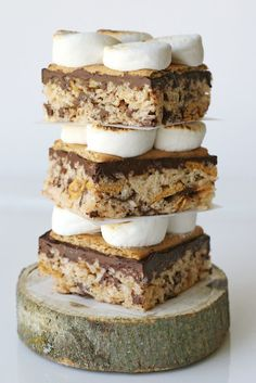 S'mores Rice Krispies Treats {Recipe} Add golden grahams and choc chips to rice krispie treats Rice Krispy Treats Recipe, Rice Crispy Treats, Krispie Treats, Yummy Treats, Sweet Treats, Beaux Desserts, Just Desserts, Delicious Desserts, Dessert Recipes