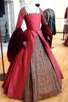Tudor Style Costumes from the film The Other Boleyn Girl displayed at Hampton Court Palace. Costume Renaissance, Renaissance Fashion, Renaissance Clothing, Old Dresses, Vintage Dresses, Vintage Outfits, Vintage Fashion, Tudor Dress, Medieval Dress