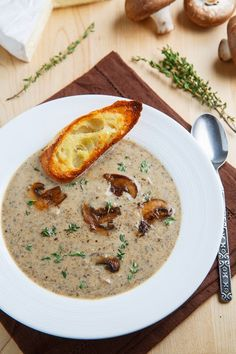 Roasted Mushroom and Brie Soup. I don't like mushrooms but I think in a soup with Brie it'll be lovely. Roasted Mushrooms, Stuffed Mushrooms, Wild Mushrooms, Mushroom Soup Recipes, Mellow Mushroom Soup Recipe, Creamy Mushroom Soup, Soup And Sandwich, Veggie Dishes, Soup And Salad