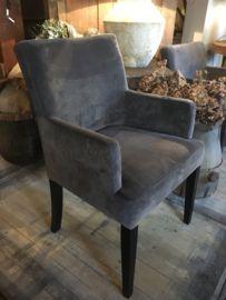 Mooie landelijke eetkamerstoel Olivia met gladde rug en armleuning. Prachtige degelijke stoel passend in diverse interieurs.