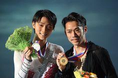 〈ソチオリンピック出場までの道のり〉 GPファイナルで優勝した高橋大輔(右)と2位の羽生結弦=2012年12月8日、飯塚晋一撮影