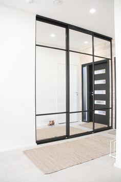 #slidingdoors #liukuovi #säilytys #vaatekaappi #mustakehykset #peiliovi Scandinavian Style, Sliding Doors, Entrance, Divider, Interior Design, Mirror, Stylish, Room, Closet