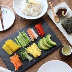 초밥에 생선만 올리라는 법 있나요? 육즙이 많아 고소하고 부드러운 차돌박이를 올려 초밥을 만들어 보세요. 달콤하고 짭짤하게 절인 산마늘이나 새콤한 묵은지를 곁들여 한 점 두 점 먹다... Japanese Dishes, Japanese Food, Summer Rolls, Bulgogi, Korean Food, Food Plating, Sushi, Meal Prep, Food And Drink