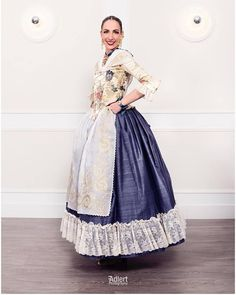 fallera-mayor-Raquel Alario-Indumentat Margarita, Traditional Dresses, Beautiful Dresses, Marie, Culture, Formal Dresses, Pretty, Skirts, How To Wear