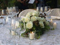 centrotavola di rose bianche e more, con pepite d'oro