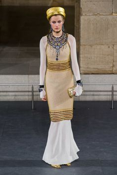 Chanel Pre-Fall VOGUE Fashion Art & Beauty, Life - 2020 Fashions Woman's and Man's Trends 2020 Jewelry trends Chanel Fashion, Vogue Fashion, Fashion Week, Fashion Art, Runway Fashion, Luxury Fashion, Fashion Outfits, Fashion Design, Fashion Trends