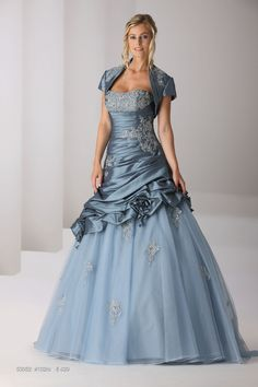 Ladybird has a wonderful collection of colored wedding dresses and bridesmaids dresses such as spectacular black, pink, off white or red wedding dresses. Denim Wedding Dresses, Colored Wedding Dress, Bridal Dresses, Wedding Gowns, Wedding Blue, Sweet 16 Dresses, Nice Dresses, Amazing Dresses, Beautiful Gowns