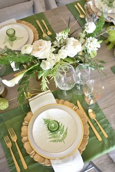 Green and Gold Easter Table Setting Mein grünes und goldenes Ostern-Gedeck – Zuhause mit Holliday This image has get Easter Table Settings, Thanksgiving Table Settings, Christmas Table Settings, Gold Table Settings, Holiday Tables, Buffet Set, Beautiful Table Settings, Green Table, Deco Table