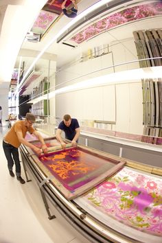 Hand screen printing wallpaper at Flavor Paper Wallpaper, Brooklyn, NYC via @Design Milk.
