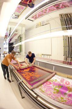Hand screen printing wallpaper at Flavor Paper Wallpaper, Brooklyn, NYC via @Design Milk.
