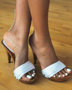 Beautiful ebony feet and toes. I love white polish on pretty toes. One of my favorite colors on toes. Beautiful Toes, Pretty Toes, Beautiful Goddess, Pretty Ebony, White Pedicure, White Toes, White Nails, Ebony Legs, Wooden Sandals