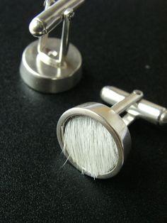 Serie PIEL DE LOBO. Gemelos de plata y piel de vacuno por Lamalicia
