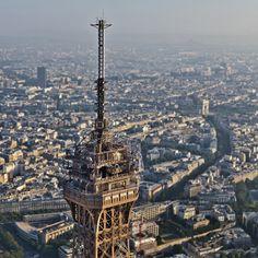 Photographiée avec le ballon-photo, le troisième étage de la Tour Eiffel après sa restauration. Aux étages supérieurs, les installations techniques de TDF (Télé Diffusion de France) depuis lesquelles les parisiens reçoivent chaînes TV et stations de radios via le réseau hertzien. En arrière plan,la tour de lhôtel Concorde Lafayette (à gauche), le nord du 16ème arrt. de Paris (au centre), l'Arc de Triomphe de l'Étoile et l'avenue d'Iéna (à droite).
