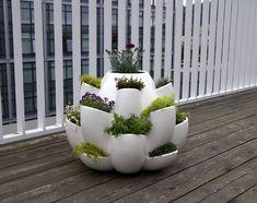 Herb Garden - Love this modern planter. would make a fabulous balcony / patio herb garden! Balcony Herb Gardens, Outdoor Gardens, Strawberry Pots, Modern Planters, Outdoor Planters, Cactus Y Suculentas, Modern Ceramics, Deco Design, Ceramic Planters