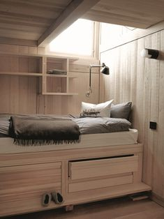 A contemporary cabin in Norway - pictures of all the rooms on the site Winter Cabin, Cozy Cabin, Cozy Winter, Contemporary Cabin, Ideas Prácticas, Norwegian Wood, Small Space Design, Weekend House, Cabin Interiors