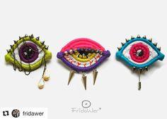 How cool are these embroidered eye pieces? (Answer: very) ・・・ 5 modi per indossare un su camicia, il… Modern Embroidery, Beaded Embroidery, Embroidery Patterns, Hand Embroidery, Phulkari Embroidery, Eye Jewelry, Beaded Jewelry, Handmade Jewelry, Textile Jewelry