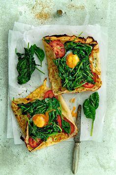 Bewaar recept vegetarisch crêpe met spinazie, tomaat en 'n eitje aantal 4 | hoofdgerecht | doordeweeks | frans | Vandaag doen we een vega-dag met deze heerlijke spinazie- tomaatcrêpe met een eitje erop. Een gerecht met Franse roots! Altijd fijn, met zo weinig ingrediënten zoiets lekkers maken. Binnen het halfuur klaar, dus ideaal voor een …