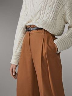 The latest women's pants for SS 2020 at Massimo Dutti: blue, green, white or black pants with pleats, stretch cuffs or shimmer finish to complete your wardrobe. Pretty Outfits, Cool Outfits, Fashion Outfits, Trousers Women Outfit, Vintage Outfits, Vintage Fashion, Business Casual Outfits, Elegant Outfit, Types Of Fashion Styles