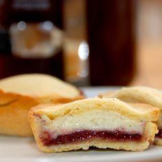 Hjemmebagte cremelinser med hindbær og creme. Det er simpelthen den bedste kage. Foto: Guffeliguf.dk.