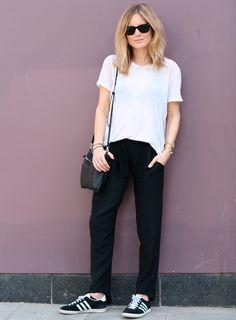 Look esporte com calça e tênis Adidas pretos + t-shirt branca.