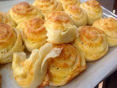 Необходими продукти: 500 гр. брашно 200 мл. топло прясно мляко 2 яйца / единият жълтък се отделя за нама...