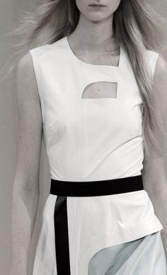 Roksanda   Spring 2016.Preto e branco,Assimetria