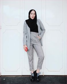 New style hijab casual hitam putih 39 ideas Blazer Outfits Casual, Casual Hijab Outfit, Sneakers Fashion Outfits, Blazer Fashion, Hijab Fashion Casual, Modest Fashion, Fashion Boots, Tartan Pants, Semi Formal Outfits