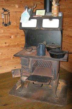 Vintage Stove (*Can't believe my grandparents and great-grandparents used these, not only to cook on, but to heat their homes. Antique Kitchen Stoves, Antique Wood Stove, How To Antique Wood, Old Wood, Vintage Kitchen, Wood Burning Cook Stove, Wood Stove Cooking, Coal Stove, Stove Oven