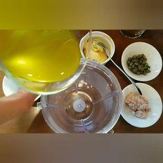 """Έφτιαξες αυτή τη θεϊκή βινεγκρέτ η οποία ταιριάζει τέλεια με λαχανικά, κοτόπουλο, γαρίδες, μανιτάρια και ό,τι άλλο σκεφτείς? Δες το video κ φτιάξ'τη και εσύ επιτόπου! Η πλήρης συνταγή για τη βινεγκρέτ καθώς και η διατροφική της ανάλυση βρίσκεται στο link στο προφίλ μου, """"Σαλάτα του Καίσαρα με λίγες θερμίδες""""  #miss_healthy_living_gr  #doitlikemisshealthyliving  #foodblogger #greekfoodblogger #healthyfoodblogger #greekbloggerscommunity #greekfoodie #lifokitchen #greekfoodporn  #athensfood #shape Sweets, Gummi Candy, Candy, Goodies, Treats, Deserts"""