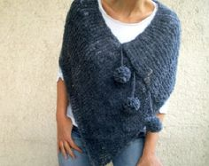 This hand knit darkish grey blue pom pom poncho scarf will heat you up within the spring, fall and winter season. It's the hand knitted with very mushy boucle yarn. Poncho Au Crochet, Poncho Knitting Patterns, Poncho Shawl, Hand Knitting, Knit Crochet, Crochet Patterns, Boucle Yarn, Yarn Sizes, Tunic Sweater
