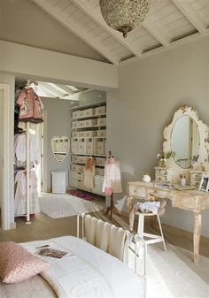 Beautiful girls bedroom, great open storage for clothes