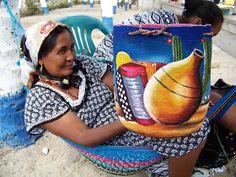 La explotación silenciosa de la mujer artesana wayuu     Las mochilas wayuu son muy procuradas en Europa y Estados Unidos, alcanzando u... Crochet Food, Crochet Handbags, Tapestry Crochet, Filet Crochet, Cross Stitch Embroidery, Needlework, Purses, Knitting, Crafts