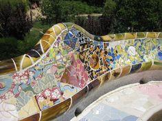 Detalle de la ceramica de un banco del Parque Güell de Barcelona.