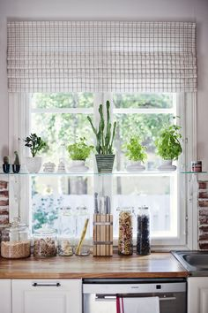 krasivyi-solnechnyi-domik-v-finlyandii-13 I just love the glass shelf in front of the window.