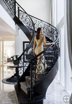 Pin De Lizeth Esparza En Herrer Atilde Shy A Liz Interior Stairs House Staircase Railing Design, Wrought Iron Stair Railing, Staircase Ideas, Grand Staircase, Escalier Design, Beautiful Stairs, Modern Stairs, Interior Stairs, House Stairs