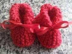 Neste passo a passo trago a vocês a confecção de uma linda botinha unissex em tricô... É um passo a passo simples e rápido de ser feito... Aproveitem... www.... Crochet Dog Sweater, Crochet Cap, All Free Crochet, Crochet Shoes, Crochet Slippers, Baby Slippers, Baby Socks, Baby Bootees, Baby Sneakers