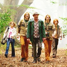 Harry Potter and the Goblet of Fire - Publicity still of Mark Williams, James Phelps, Oliver Phelps, Rupert Grint & Emma Watson. Mundo Harry Potter, Harry Potter Cast, Harry Potter Love, Harry Potter Fandom, Harry Potter Characters, Harry Potter World, The Burrow Harry Potter, Familia Weasley, Alex Watson