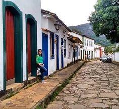 Tiradentes foi o terceiro município mineiro que conheci e foi amor a primeira vista.⠀⠀⠀⠀⠀⠀⠀⠀⠀⠀⠀⠀⠀⠀⠀⠀⠀Parece uma vila, é tão linda, tão mistica, tem tanta história por trás da linda arquitetura barroca.⠀⠀⠀⠀⠀⠀⠀⠀⠀⠀⠀⠀⠀⠀⠀⠀⠀As casas coloridas, as ruas  em pé-de-moleque, as ladeiras, as igrejas e as charretes na praça é voltar ao tempo. ⠀⠀⠀⠀⠀⠀⠀⠀⠀⠀⠀⠀⠀⠀⠀⠀⠀Viajar pelo Brasil é voltar às aulas de história. É cultura!⠀⠀⠀⠀⠀⠀⠀⠀⠀⠀⠀⠀⠀⠀⠀⠀⠀⠀⠀⠀⠀⠀⠀⠀⠀⠀⠀⠀⠀⠀⠀⠀⠀⠀#nossavidaeandarporessepais #tiradentes #mineirando…
