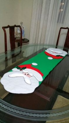 Camino de mesa papa Noel, en paño lenci. Christmas Patchwork, Christmas Sewing, Felt Christmas, Christmas Projects, White Christmas, Christmas Stockings, Christmas Ornaments, Patchwork Table Runner, Quilted Table Runners