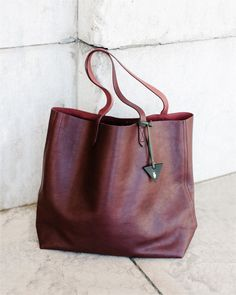 extra credit / adding a bag tag to your transport tote ✌️. extra-extra credit: we're cranking up our teacher and college student discount to off in stores for a limited time. find your nearest shop via link in bio Madewell Transport Tote, Looks Cool, Beautiful Bags, Look Fashion, Purses And Bags, Messenger Bag, Fashion Accessories, Shoe Bag, My Style