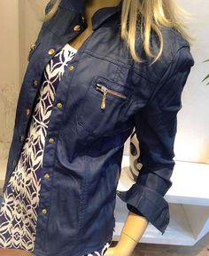 Simplesmente apaixonadas pela camisa em couro fake maravilhosa que está com uma modelagem incrível! Recebemos nas cores: azul marinho, preta e off white! #previewoutonoinverno #venhaseapaixonar